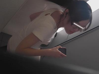 【トイレ覗き】女学院のあの子は大股開きで排せつ中~