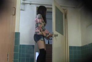 ニーソ美女の和式トイレ覗き見