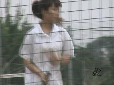 テニスガールが野グソ中に遭遇!
