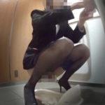 駅●カ店員和式トイレ撮!黒パンストの可愛い顔がたまらない